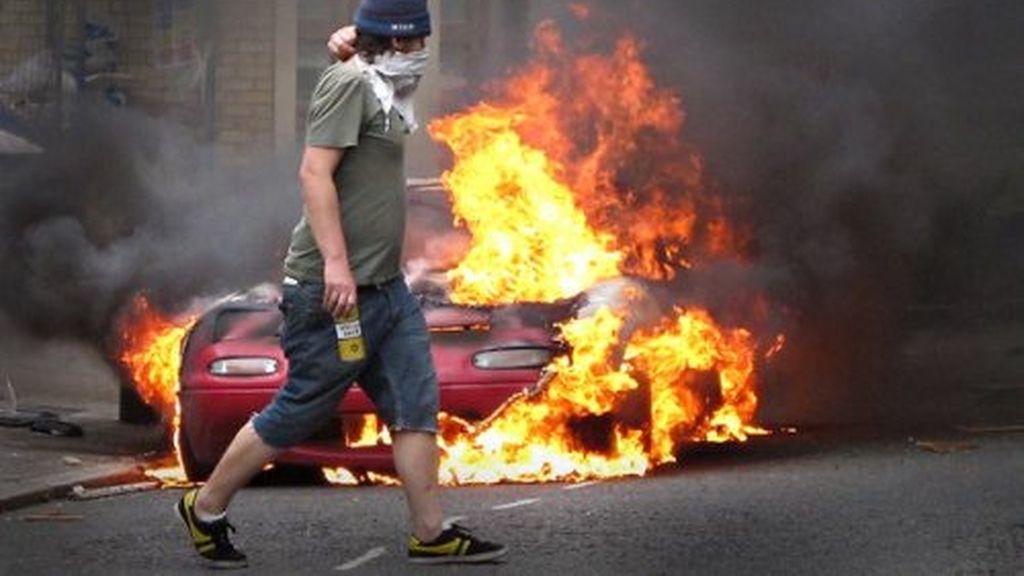 Los disturbios en Reino Unido provocaron diferentes reacciones de la clase política. Cameron propuso reflexionar sobre la conveniencia de bloquear las redes sociales en caso de revueltas.