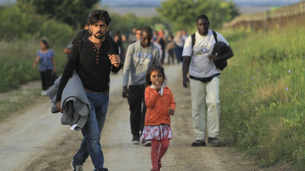 Refugiados caminan cerca de la frontera de Serbia co Croacia