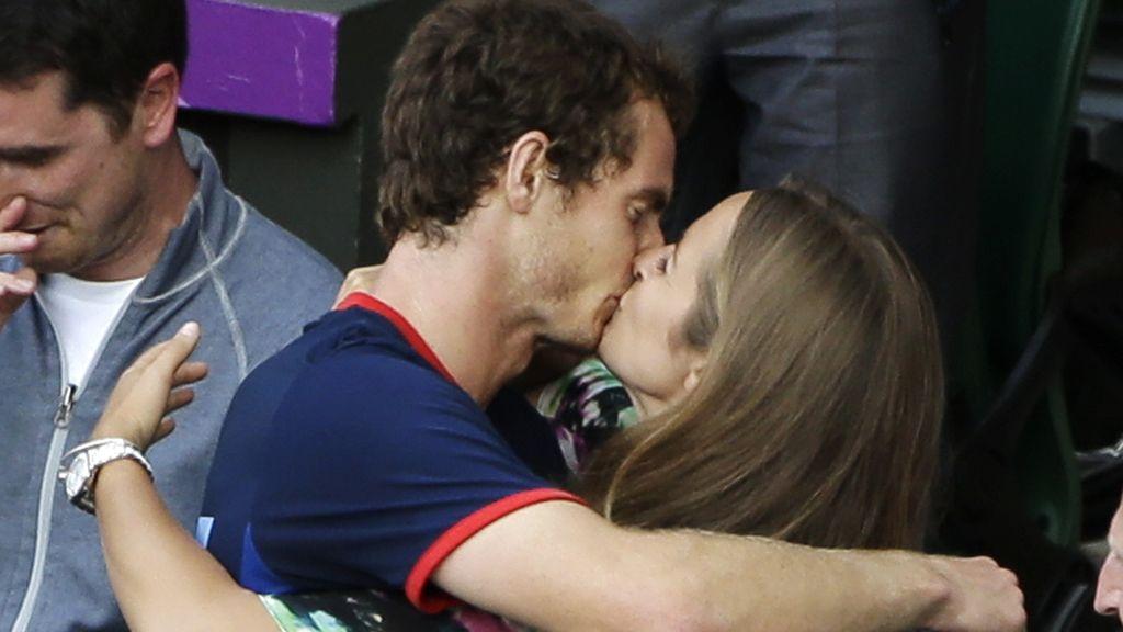 El tenista inglés Andy Murray besa a su novia Kim Sears