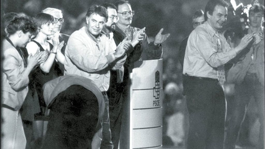 Zapatero, secretario provincial del PSOE de León en un mitin de campaña de partido con Felipe González