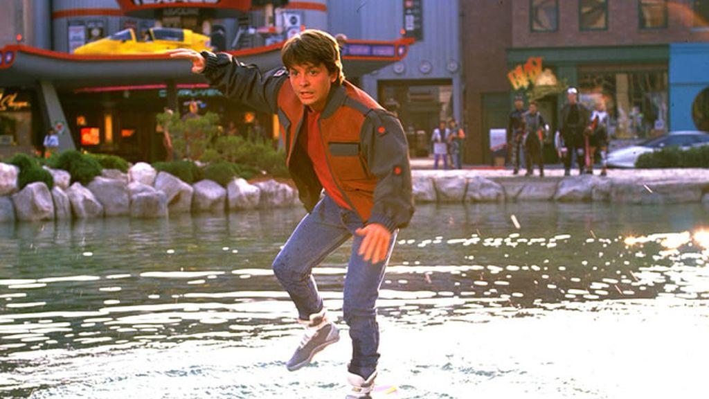 Marty Mcfly con el patinete volador de Regreso al Futuro II