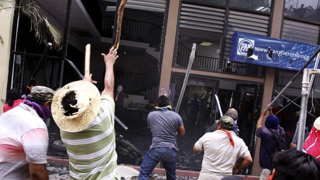Docentes mexicanos atacan las sedes de cuatro partidos políticos en Guerrero