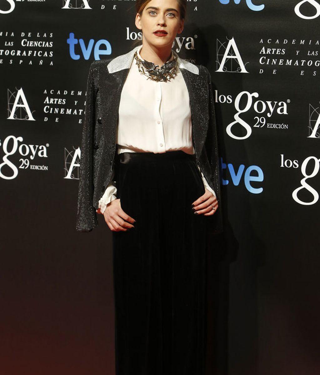 María León apostó por pantalón de pinzas y una blusa de seda blanca