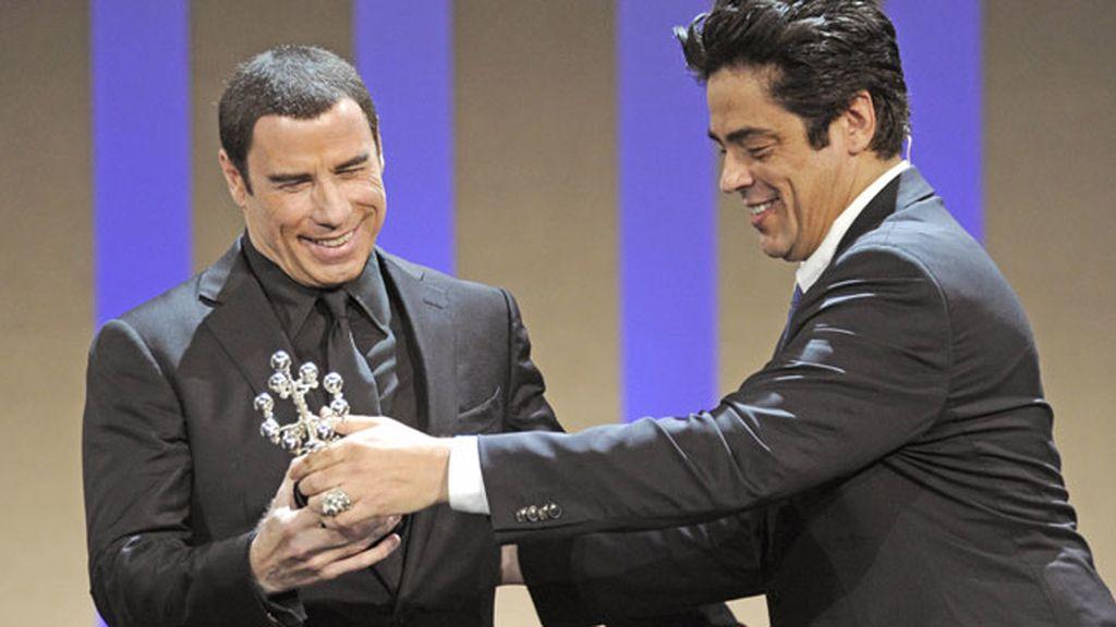 Del Toro entregó el Premio Donostia 2012 a John Travolta