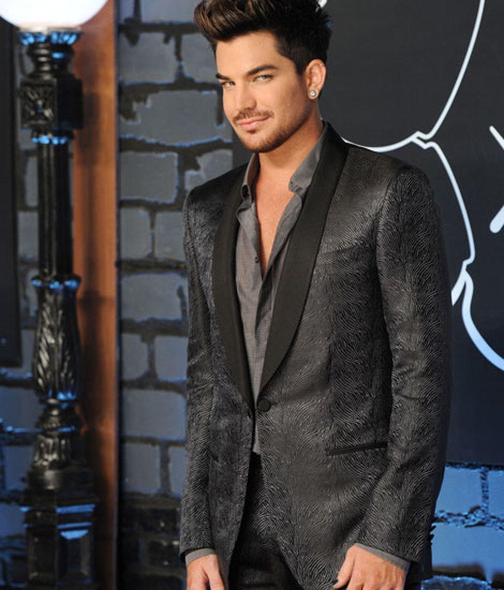 Adam Lambert, con un traje negro estampado y uñas negras a juego