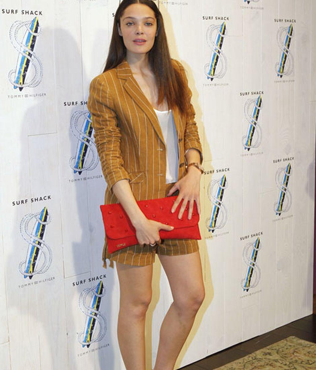 La actriz Ana Rujas con traje de raya diplomática en color mostaza