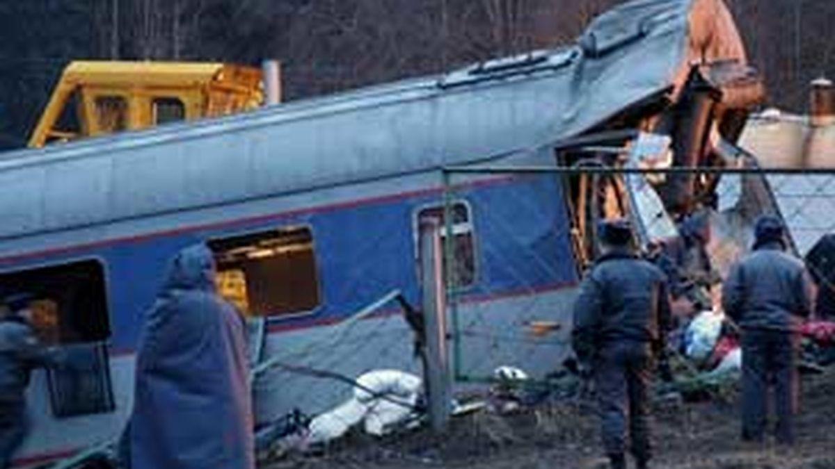 Policías rusos inspeccionan uno de los vagones del tren de pasajeros 'Neveski Express' accidentado ayer en Uglovka, en la región de Novgorod (Rusia). Vídeo: ATLAS