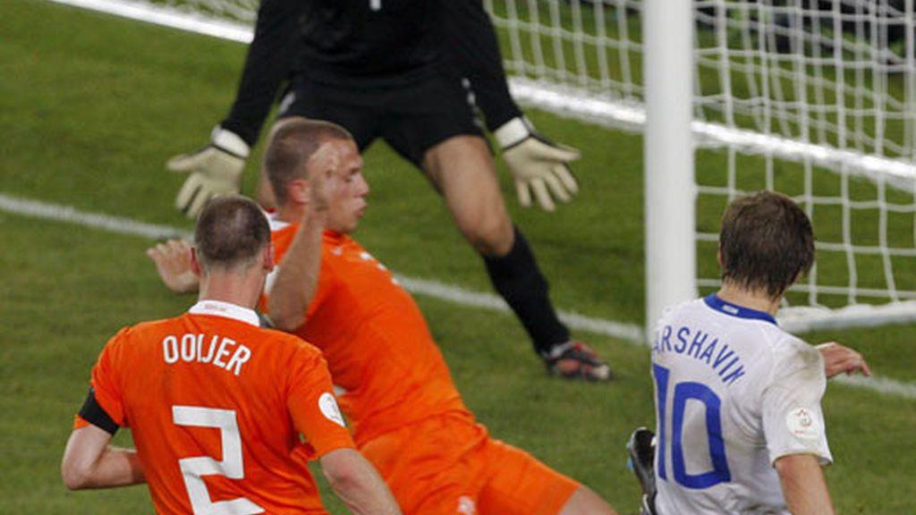 El ruso Andrei Arshavin lanza el balón para anotar el segundo gol de su equipo