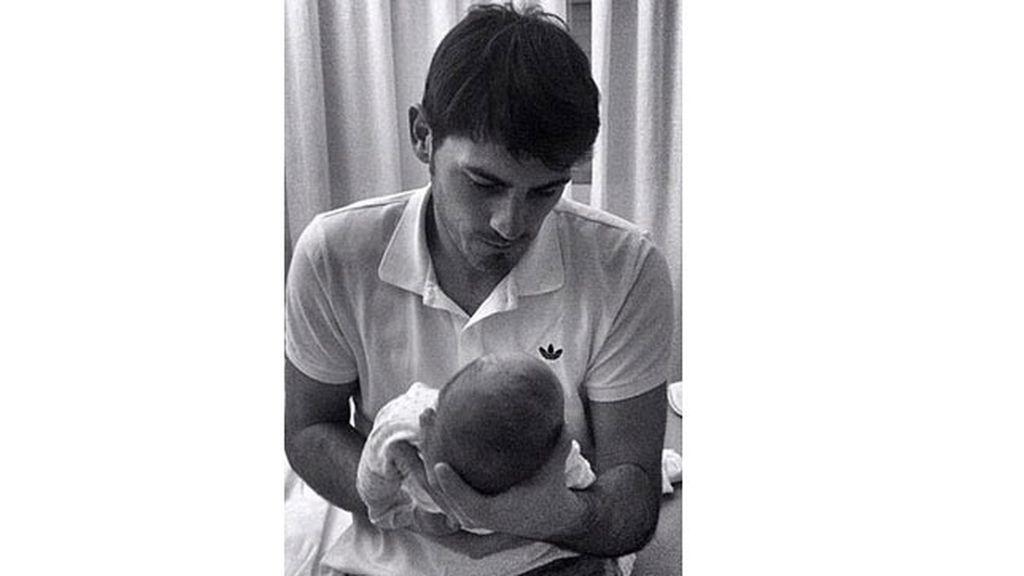 Iker Casillas presenta al pequeño Martín