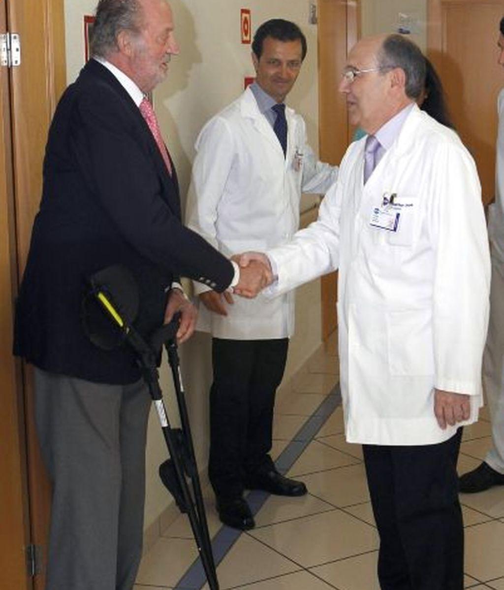 El rey saluda a su doctor a la salida de la clínica