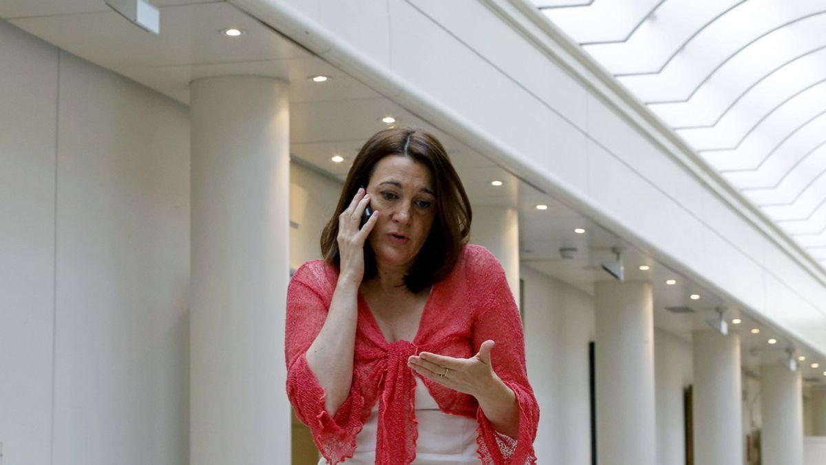 La portavoz parlamentaria socialista, Soraya Rodríguez, habla por el teléfono móvil durante un receso del pleno del Congreso