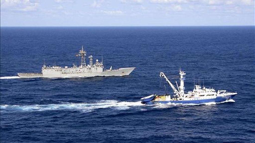 """La fragata """"Numancia"""" (i) durante las labores de seguridad que realizó en julio, junto al atunero """"Campolibre Alai"""". EFE"""