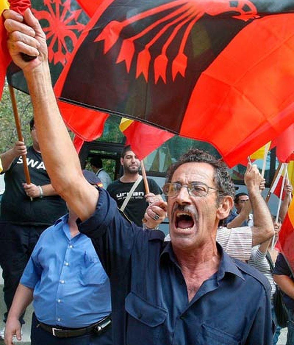 Grupo de falangistas en protesta