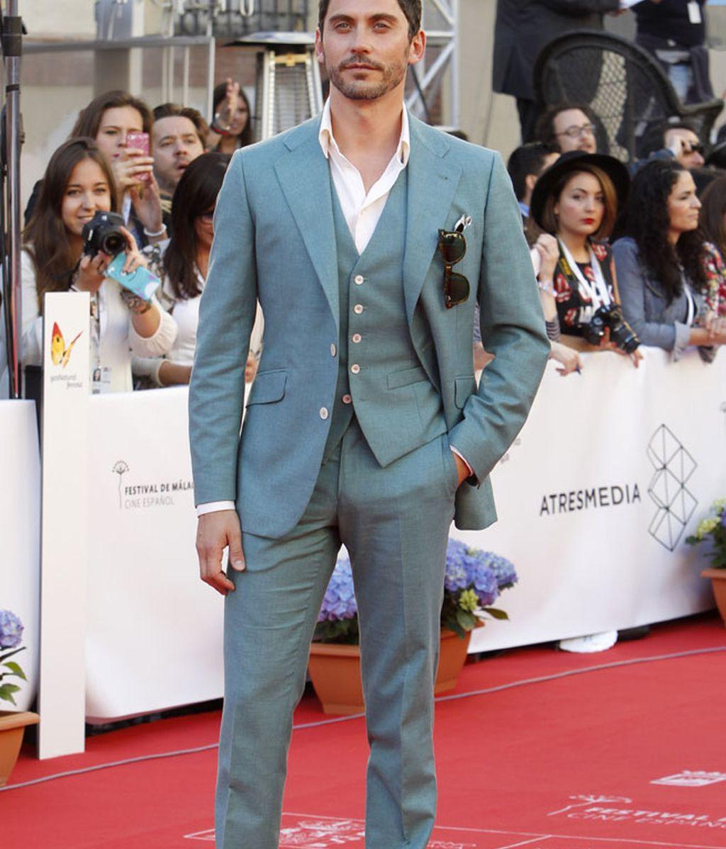 Paco León se decantó por un trajo de color azul grisáceo
