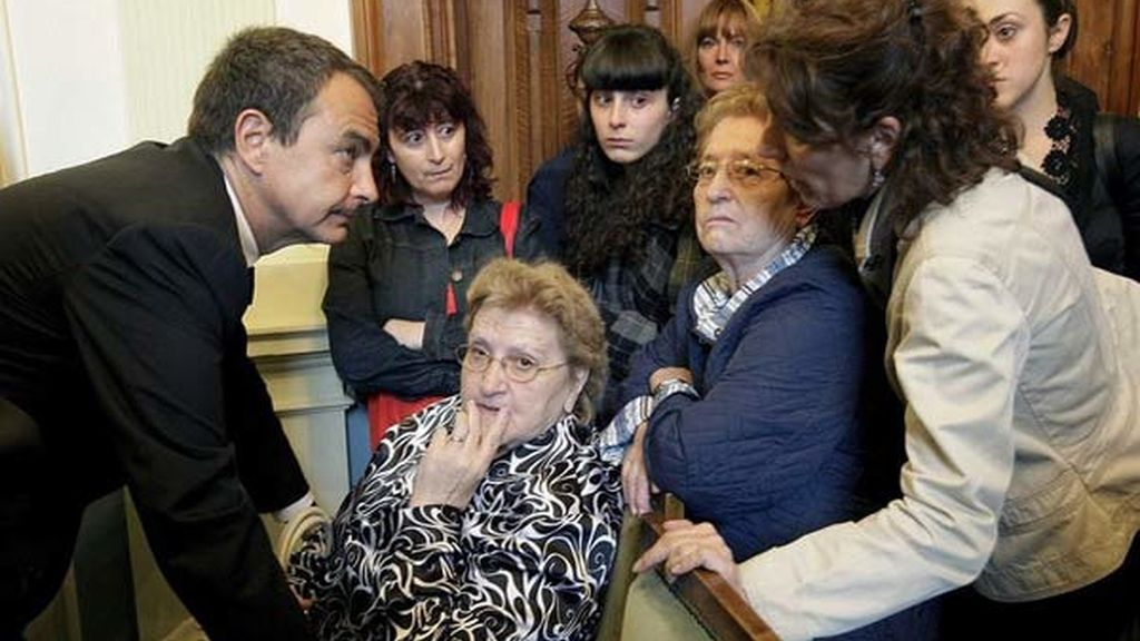 Zapatero consuela a los familiares