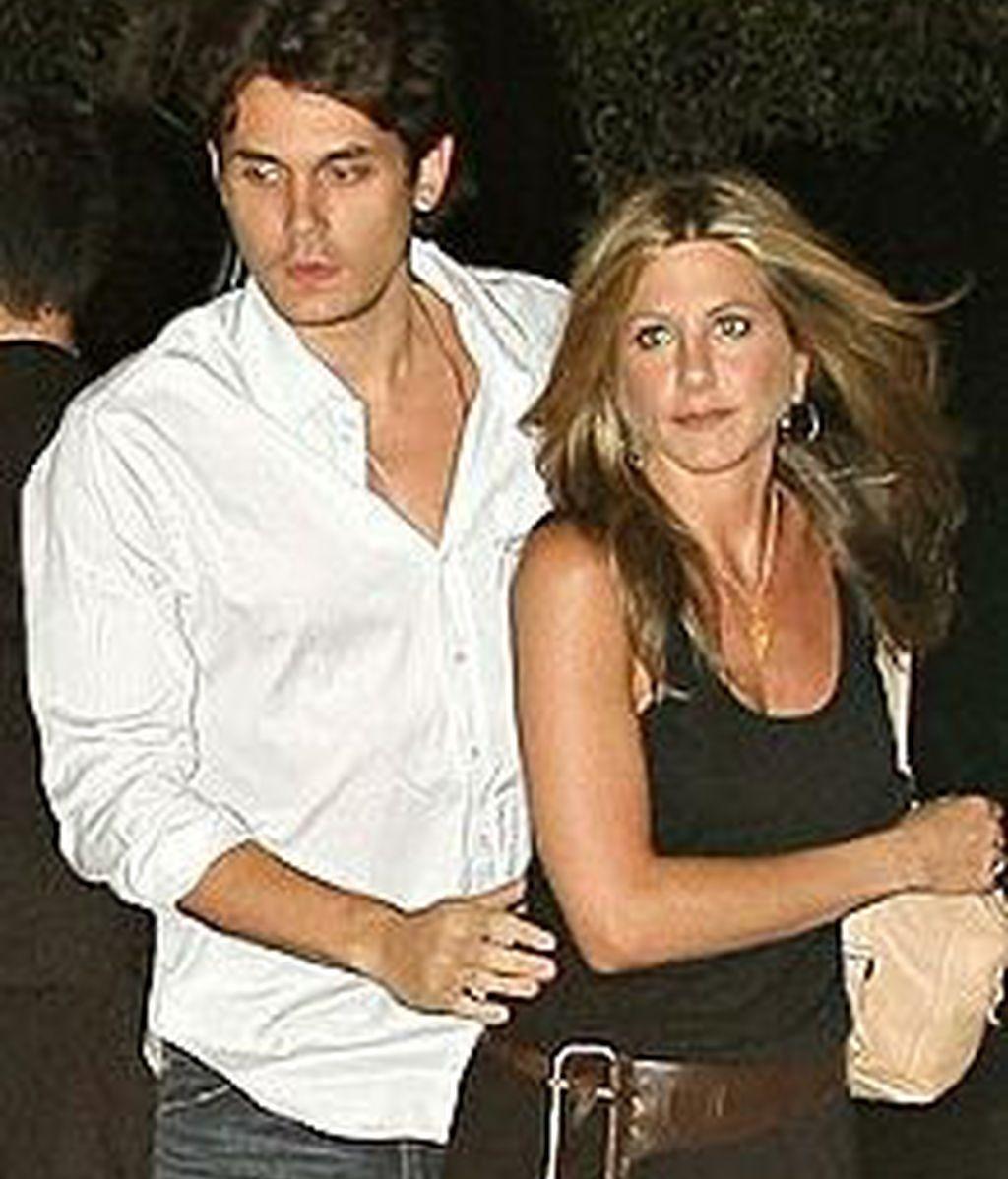 Jennifer Aniston junto a John Mayer en una foto de archivo.