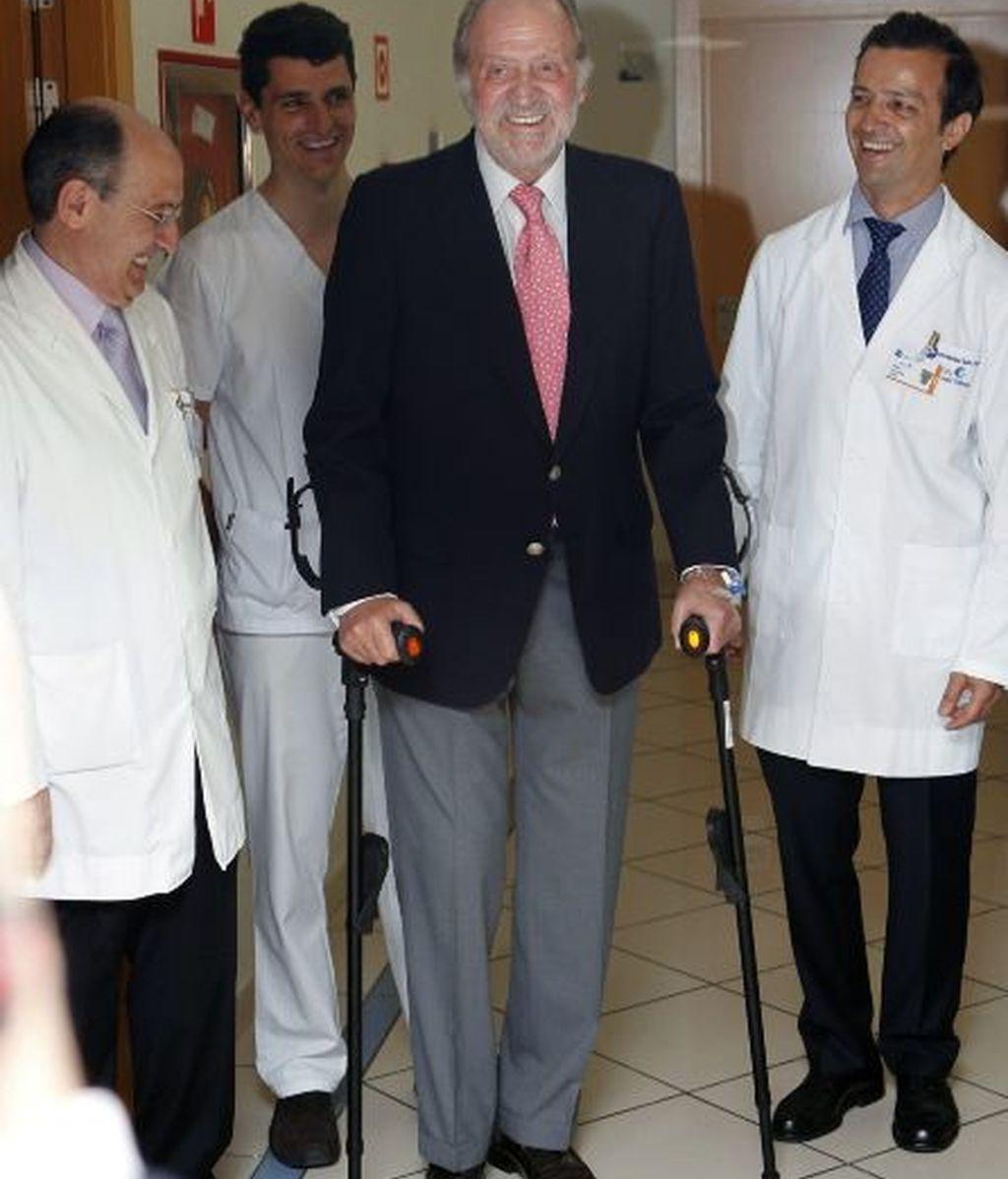 El rey bromea con los médicos