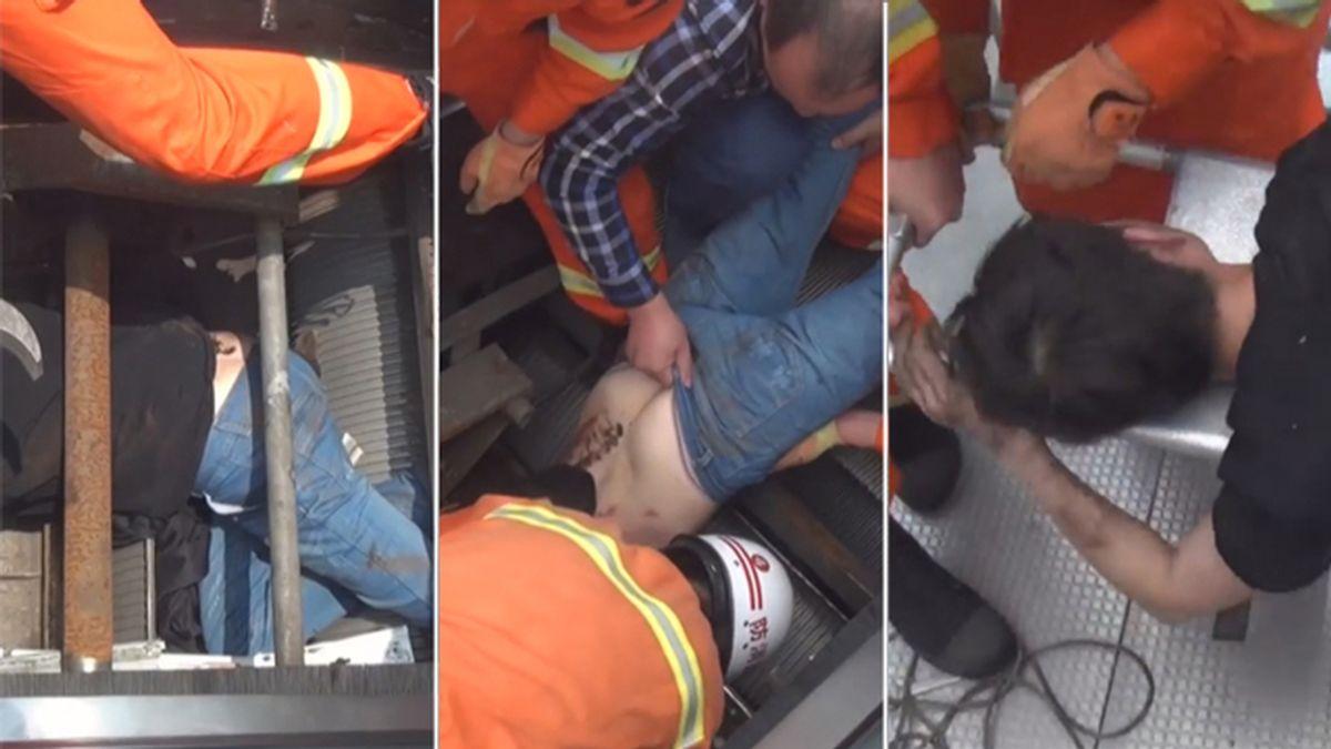 Técnico atrapado en una escalera mecánica en China