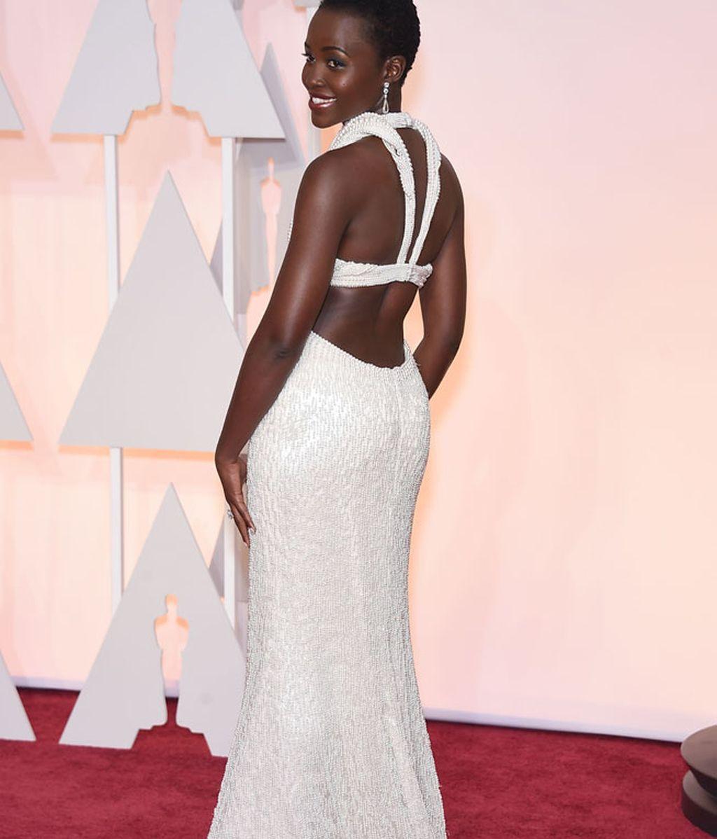 Espalda del vestido que lleva más de 6.000 perlas bordadas