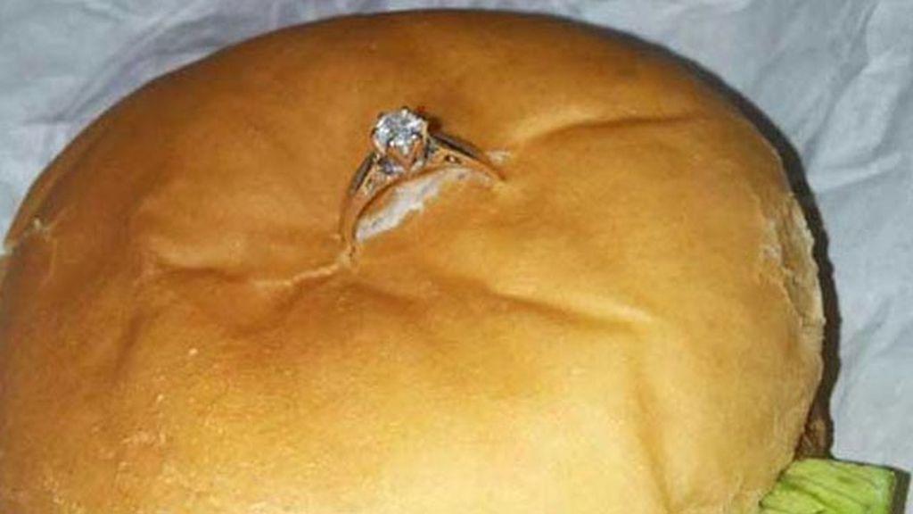 Le pide a su novia que se case con él con una chicken burger