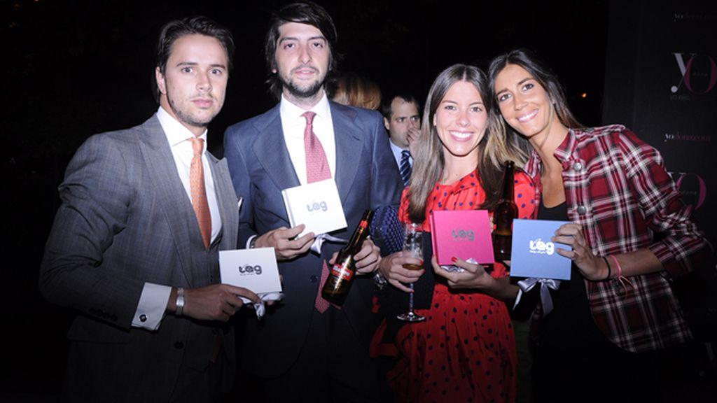 """José Togores Mahou, Lara Mosquera, Alberto Díaz y Almudena Rey posan con cajas de joyas """"Tu Angel de la Guarda""""."""