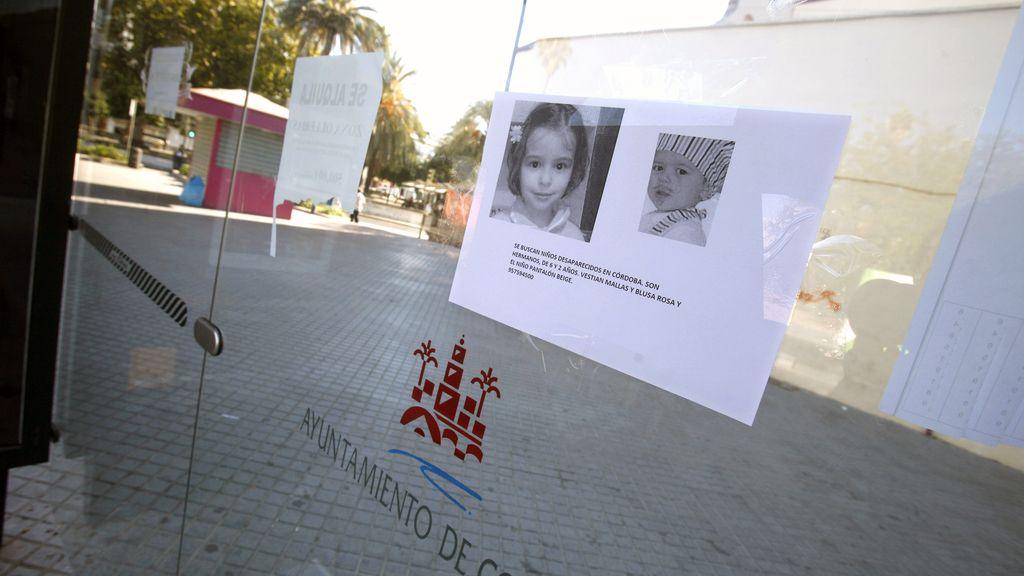 Detalle de una cartel de búsqueda de los dos niños de 2 y 6 años desaparecidos el pasado sábado en un parque de Córdoba en una parada de autobús