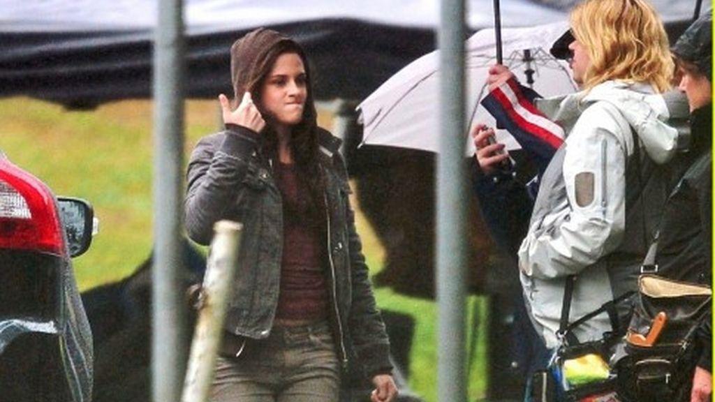 Kristen no le tiene miedo a la fría lluvia canandiense