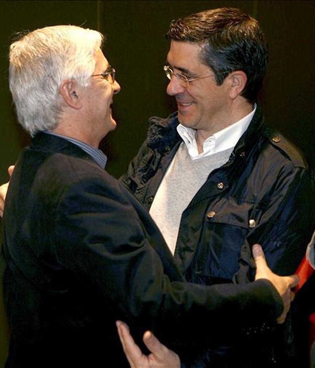 El líder de los socialistas vascos, Patxi López (d), abraza al presidente de Castilla-La Mancha, José María Barreda, durante la reunión hoy del Comité Federal del PSOE que tiene que aprobar la candidatura socialista a las elecciones europeas. EFE