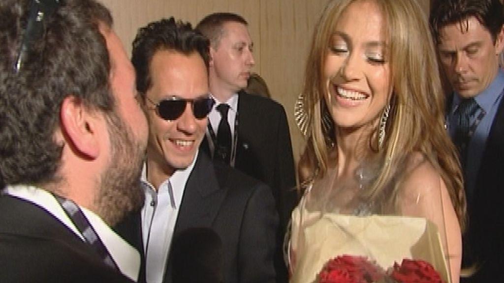 Jennifer Lopez con su ramo de rosas