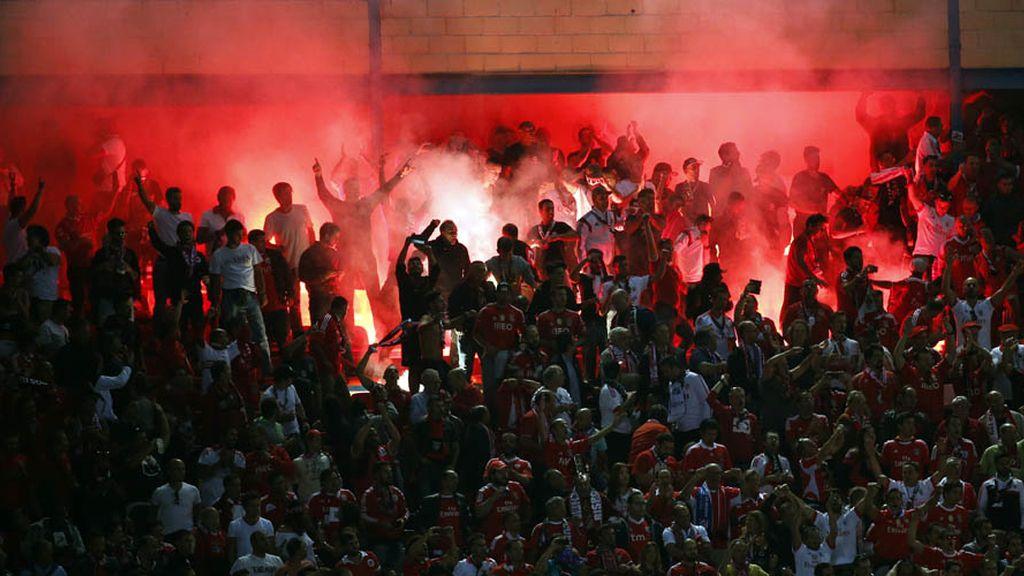 Humo y fuego, el otro rojo y blanco: las bengalas de la vergüenza del Benfica (01/10/15)