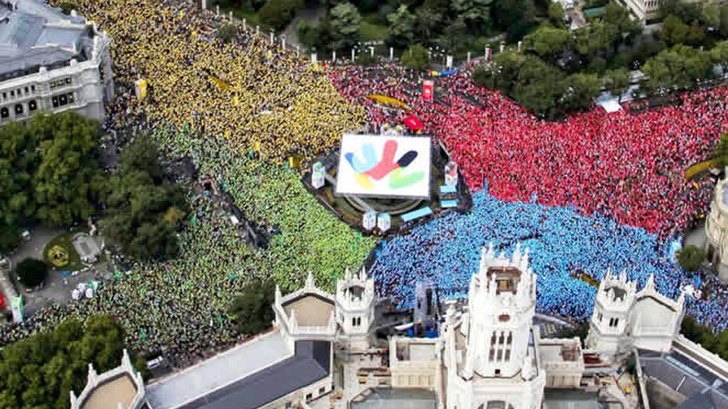 400.000 personas formaban un mosaico alrededor del logo de Madrid