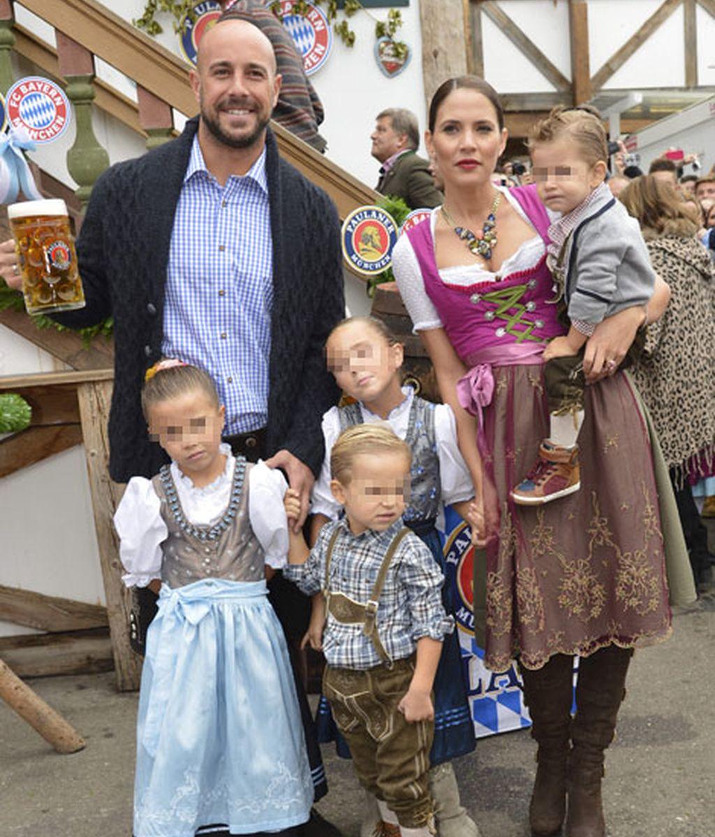 Pepe Reina y su mujer Yolanda junto a sus cuatro hijos