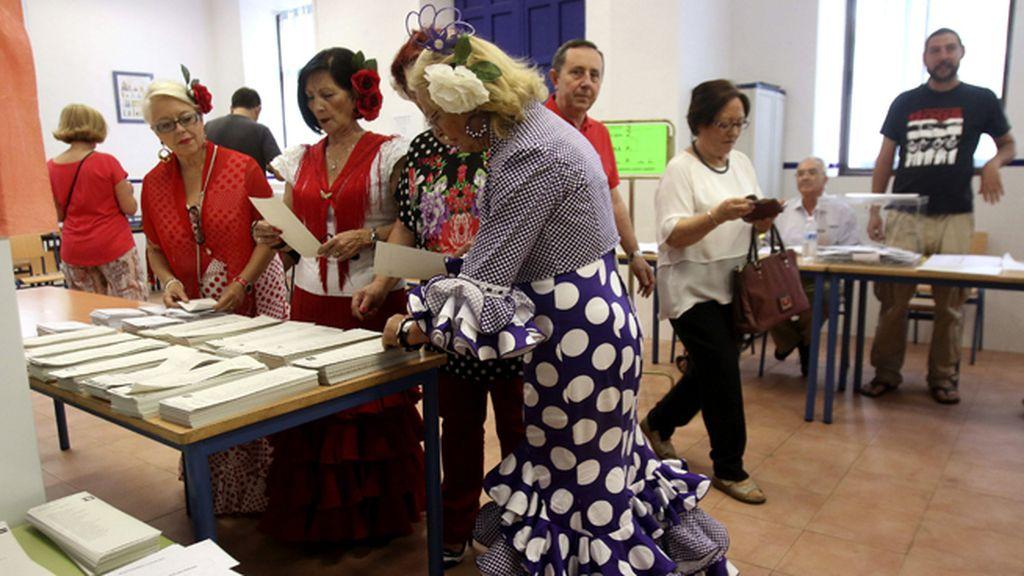 Unas mujeres se escapan de la feria en Córdoba para votar