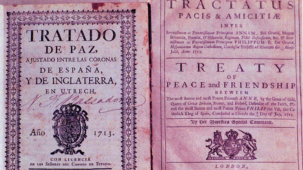 Primera edición del Tratado de Utrecht en español (izquierda) y una copia de 1974 en latín e inglés