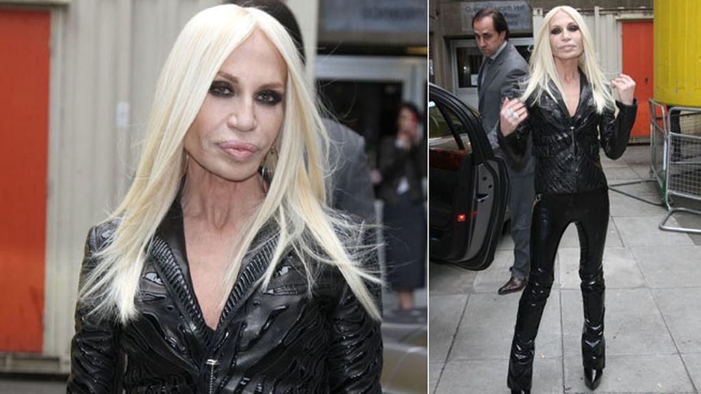 Donatella Versace se decantó por un conjunto de cuero negro