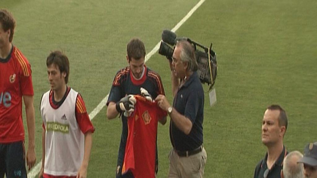 Iker Casilla recibe una peculiar camiseta...