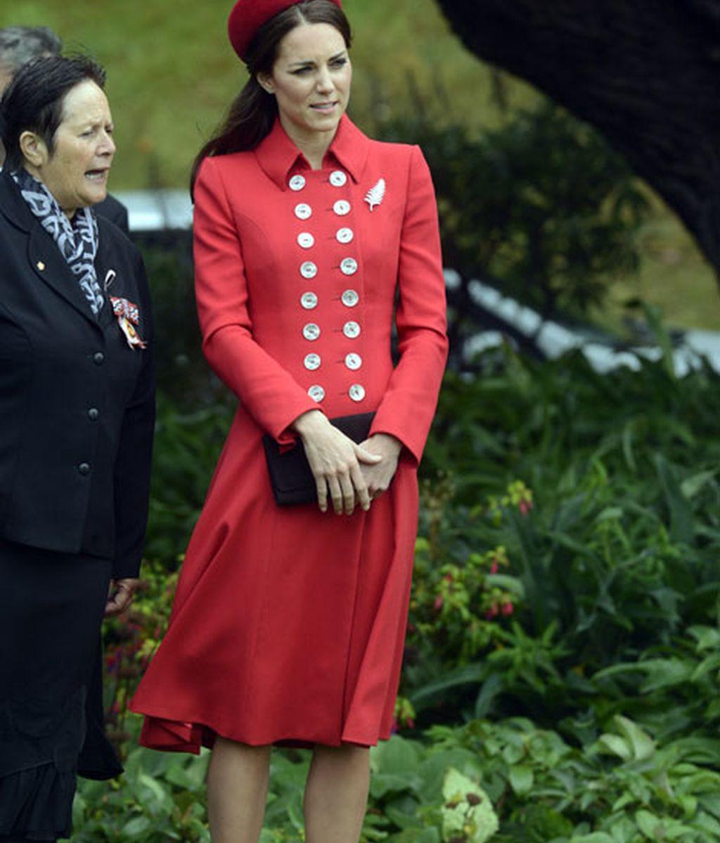 A su llegada llevó un diseño de Catherine Walker y sombrero de Gina Foster