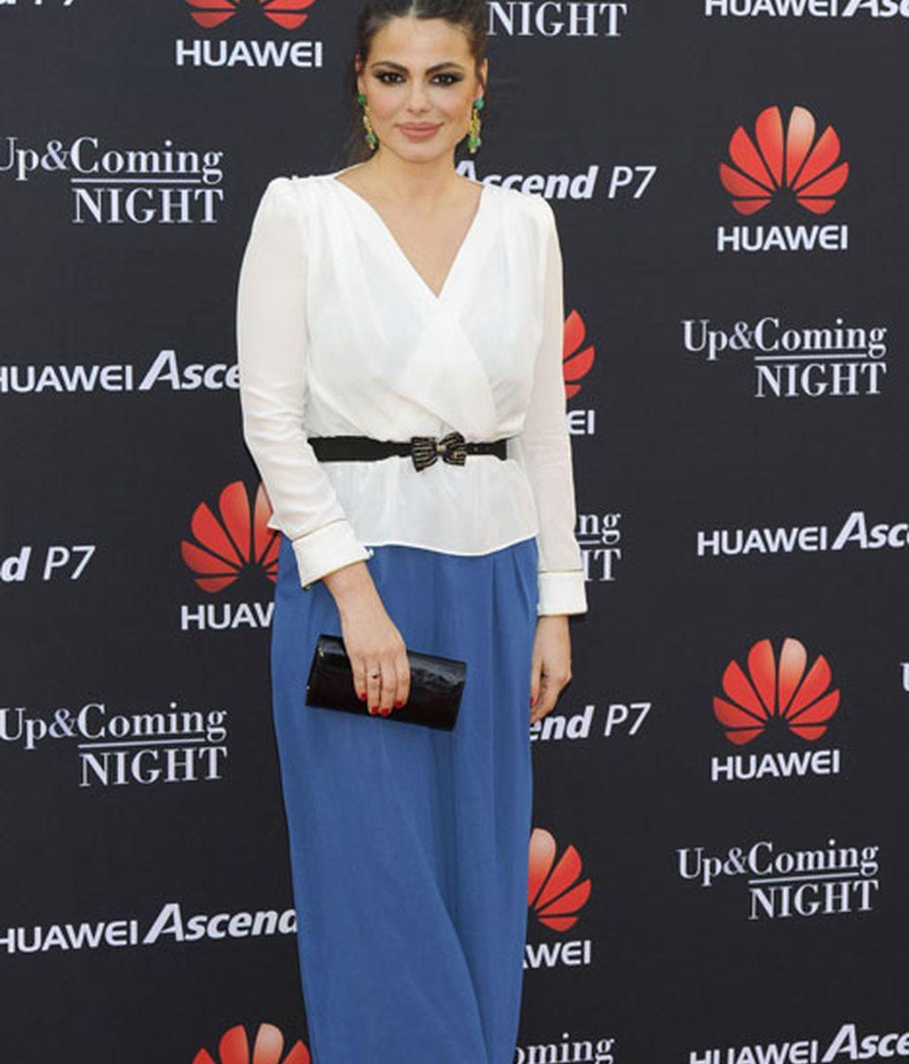 Marisa Jara, con falda azul larga y camisa blanca que adornó con un cinturón