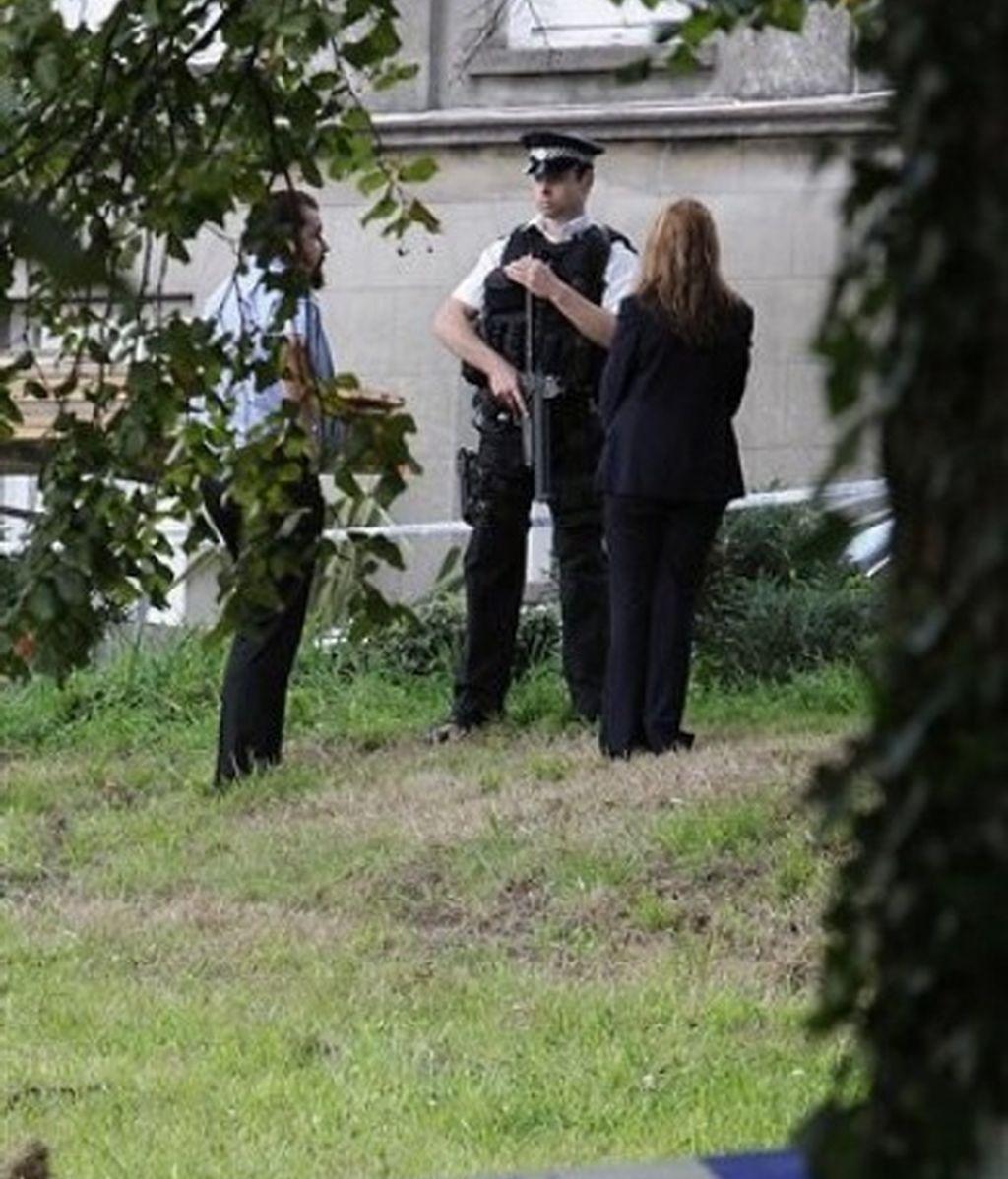 La policía cuatodia el lugar donde seis personas han muerto asesinadas en la isal de Jersey. Foto: AP