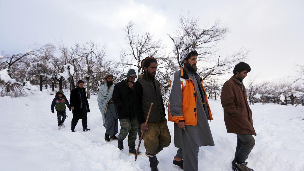 Familiares de las víctimas de las avalanchas de nieve en Afganistán buscan a sus seres queridos
