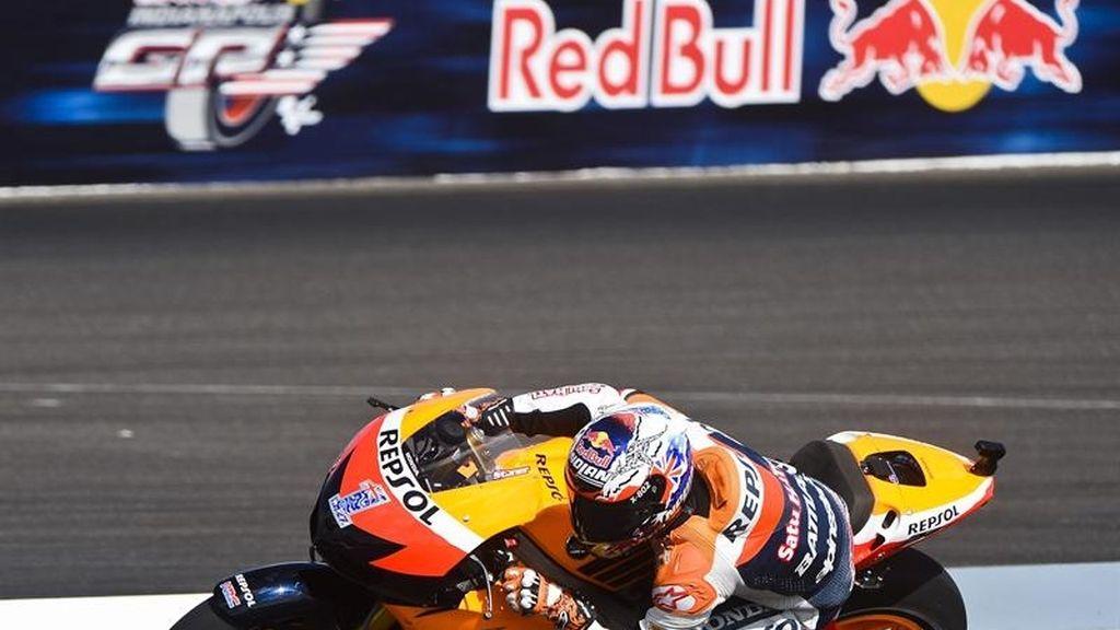 La rueda trasera de Stoner derrapa a la salida de una curva de Indianápolis