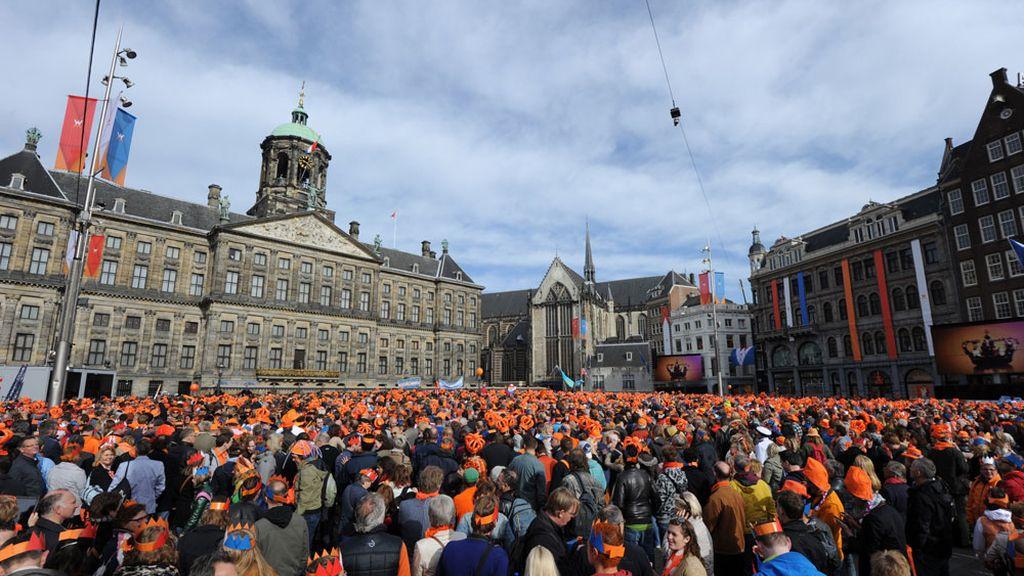 Miles de holandeses en la plaza Dam de Amsterdam