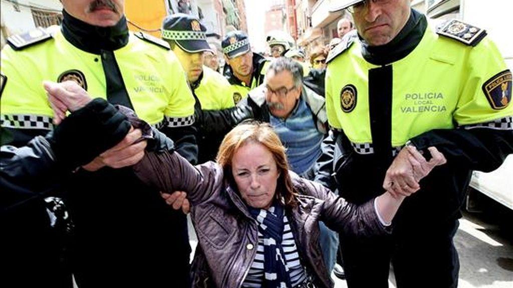 La coordinadora de Esquerra Unida Marga Sanz es desalojada por agentes de la Policía Local de Valencia cuando, junto a concejales y diputados autonómicos, secundaba la protesta de varios vecinos contra el inmediato derribo de una vivienda en el barrio del Cabanyal. EFE
