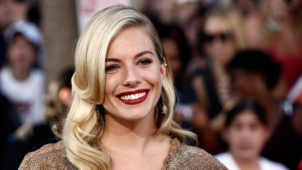 Sienna Miller, perfecta en la alfombra roja