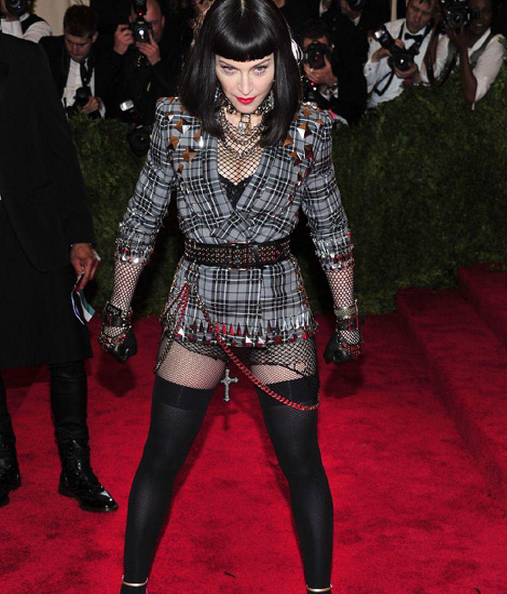 Madonna con medias rotas y shorts de Givenchy