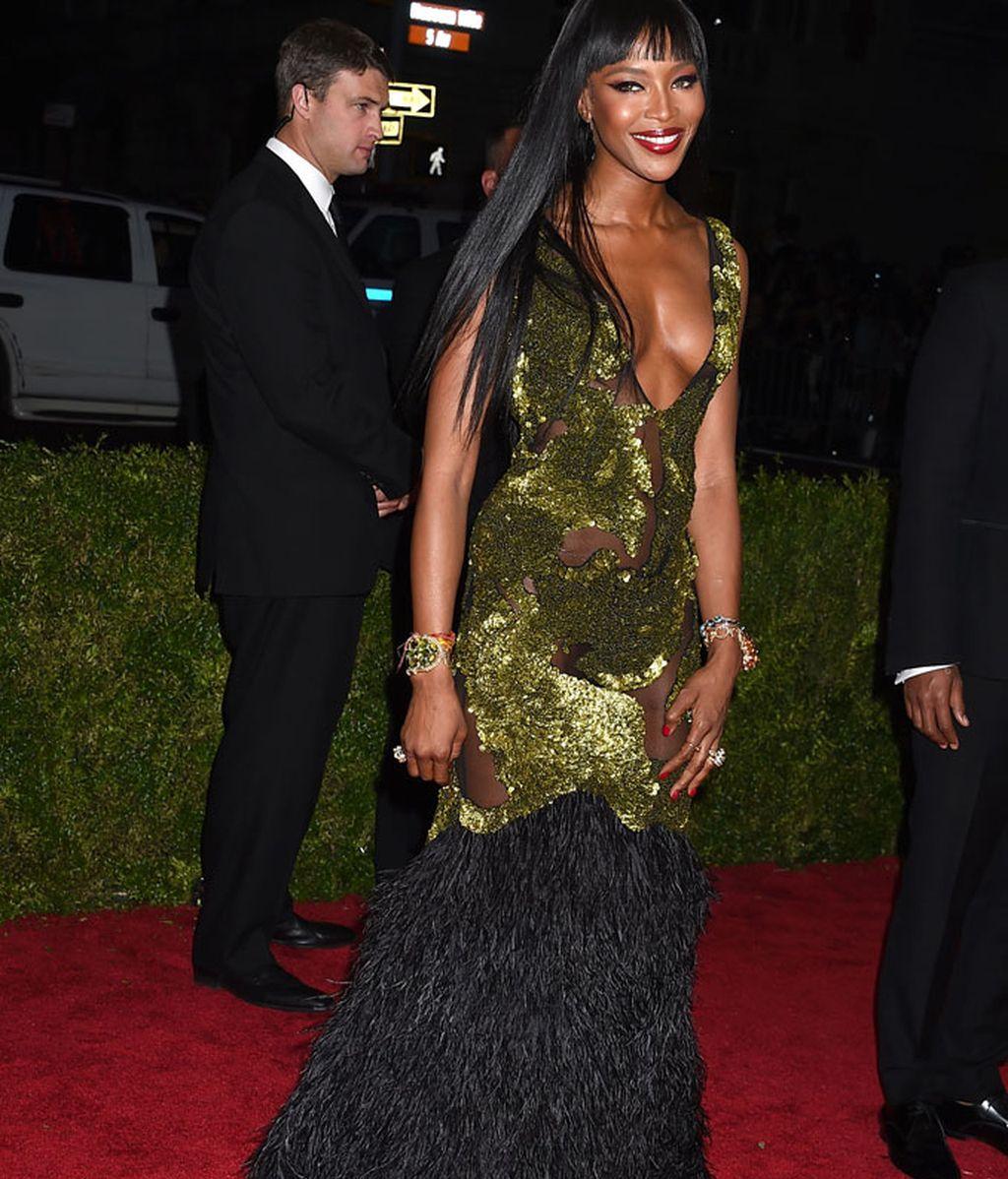 Naomi Campbell con vestido de Burberry