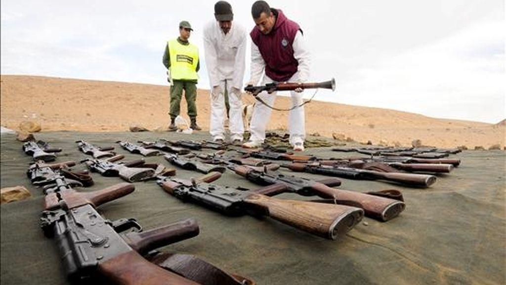 Oficiales participan ayer en la presentación a la prensa de un conjunto de armas confiscadas por la Gendarmería Real de Marruecos en la zona sur del país tras el arresto de 27 personas que se cree pertenecen a una célula terrorista, en Khalg el-Zariba, Amgala (Marruecos). EFE/Archivo