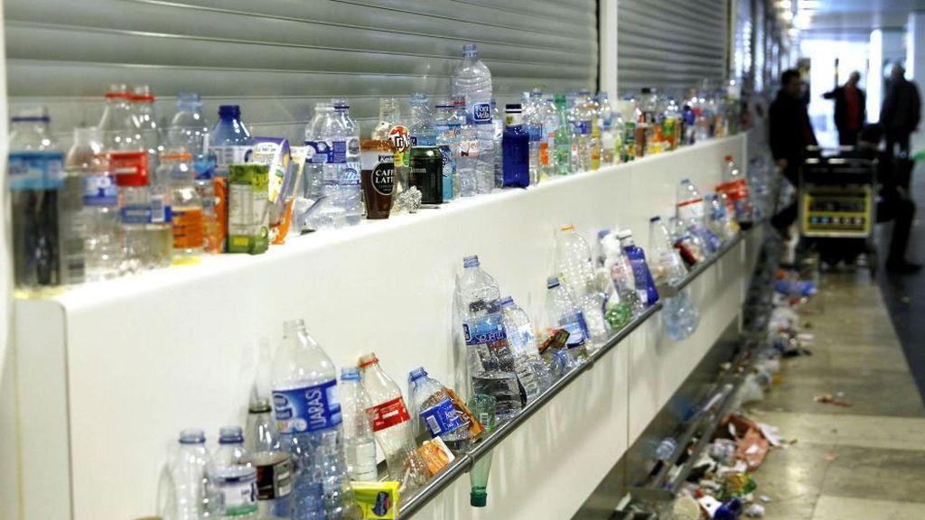 La basura se acumula en las terminales del aeropuerto de Barajas