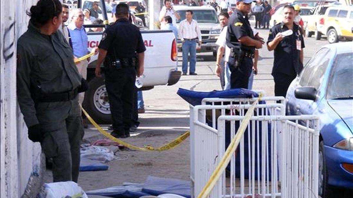 Miembros de la policía acordonan la zona del incendio que provocó la muerte de al menos 29 niños, en la ciudad mexicana de Hermosillo, estado de Sonora. EFE