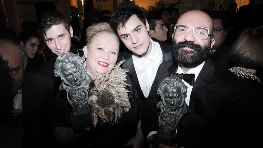 Sylvie Imbert  y Paco Delgado con sus goyas respectivos por el maquillaje y el vestuario de Blancanieves